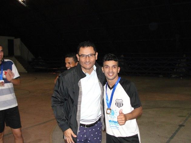 Diretor Geral do Campus do Sertão premiando o 1º colocado.